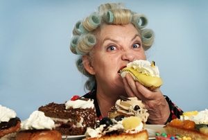 Особенно опасными для организма являются новогодние праздники, так как период поедания калорийной пищи приходится на вечернее и ночное время.