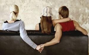 Так мы и встречаемся тайно у меня на съёмной квартире, то твердо решая всё рассказать родным про нашу любовь, то также твёрдо намереваясь больше не встречаться.