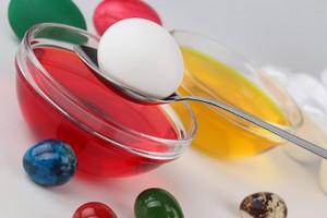 Есть несколько версий о том, откуда берет свое начало обычай дарить и красить яйца на Пасху.