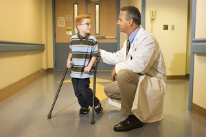 Первое, что вы должны сделать, обнаружив симптомы болезни Пертеса у вашего ребенка, это обратиться к врачу и пройти обследование для установления точного диагноза и назначения лечения.