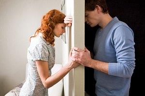 Молодожены, безумно влюбленные друг в друга, неожиданно для всех разводятся без каких-либо видимых причин
