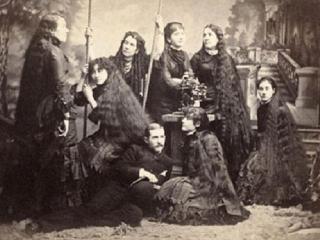 Печальная судьба сестер Сазерленд, которые заработали миллионы на своих волосах, но не выдержали испытание славой
